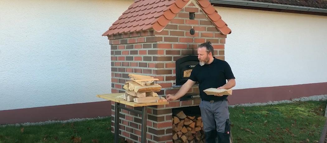 Daniel Reisinger vor dem Holzbackofen